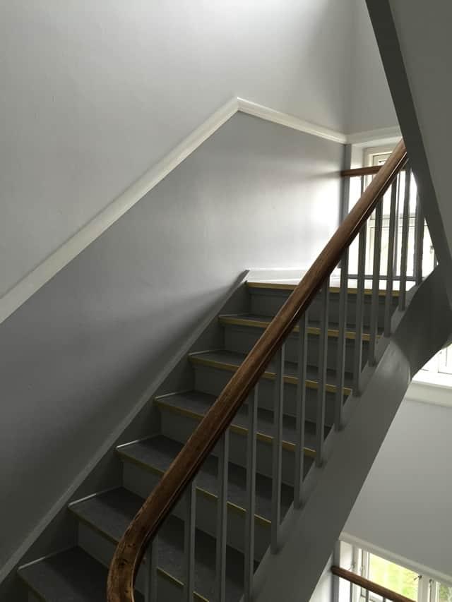 trappeopgang_med_gelænder_og_grå_væg