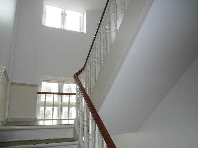trappeopgang_med_hvidt_gelænder_2