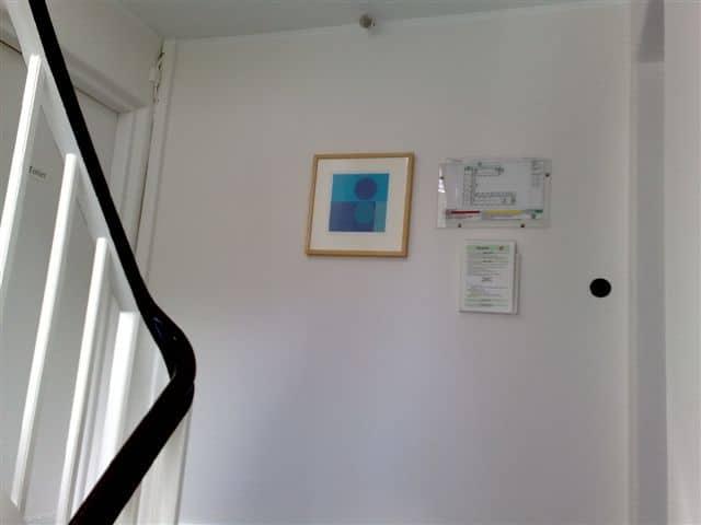 trappeopgang_med_billede_i_ramme