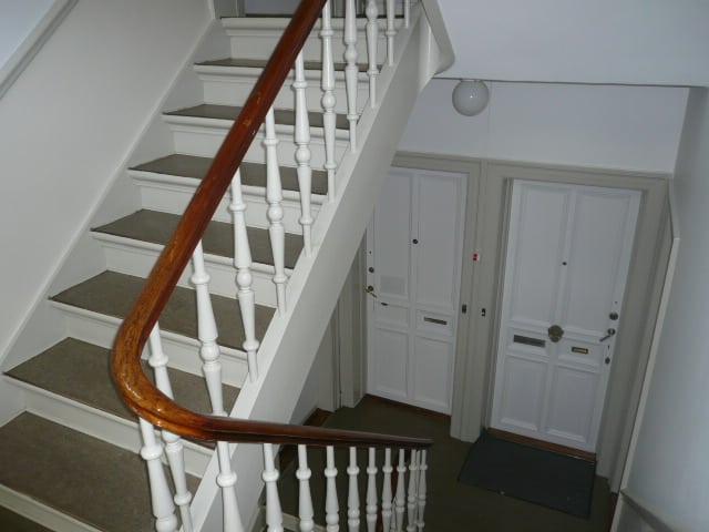 trappeopgang_med_hvidt_gelænder_4