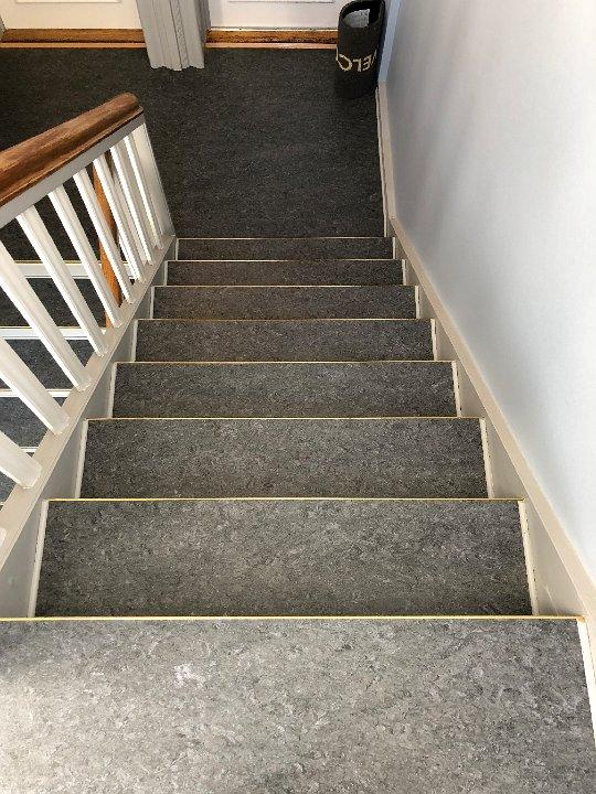 grå_trappe_med_gelænder