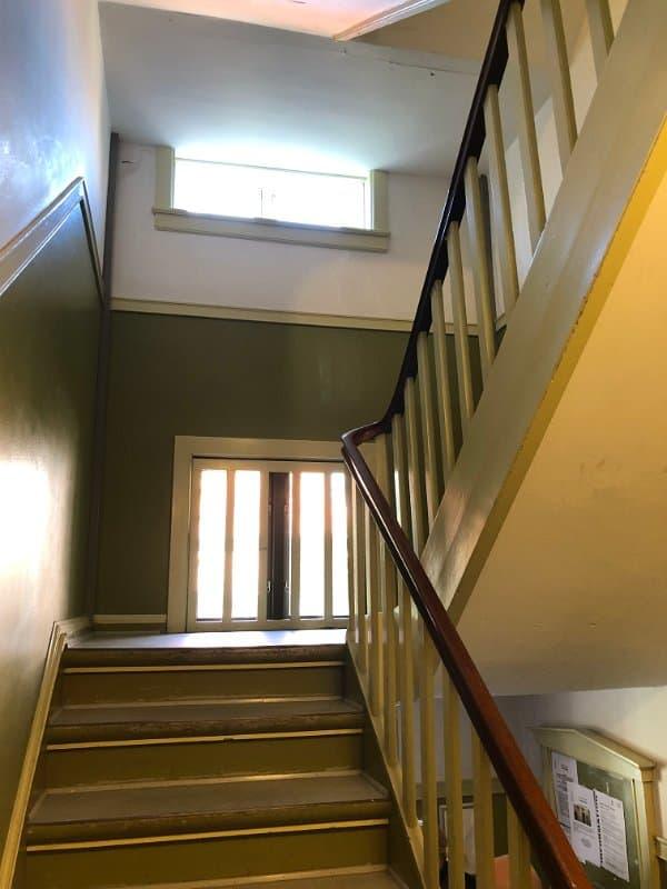 grøn_trappe_brunt_gelænder_5