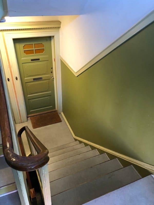 grøn_trappe_brunt_gelænder_3