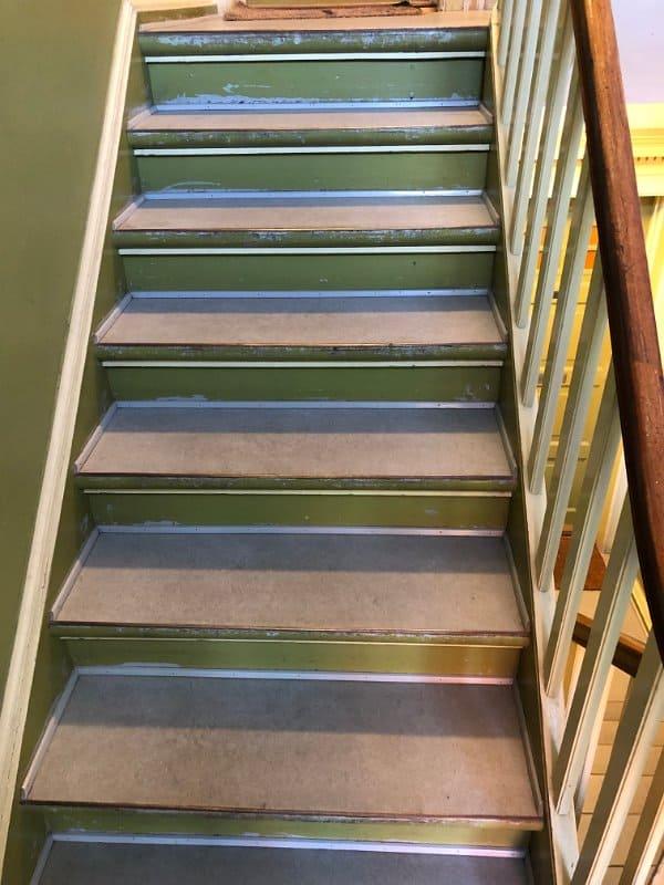 grøn_trappe_brunt_gelænder_2