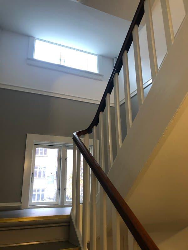 grå_dør_grå_trappe_2
