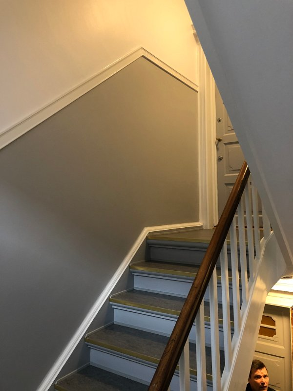grå_dør_grå_trappe_3