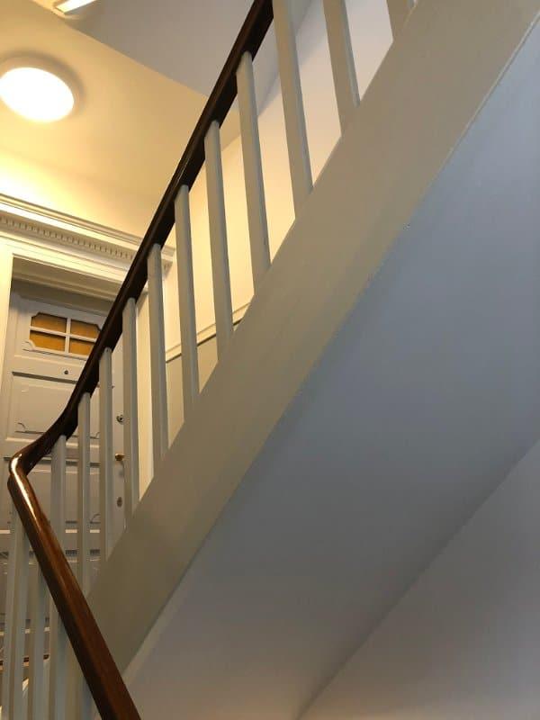grå_dør_grå_trappe