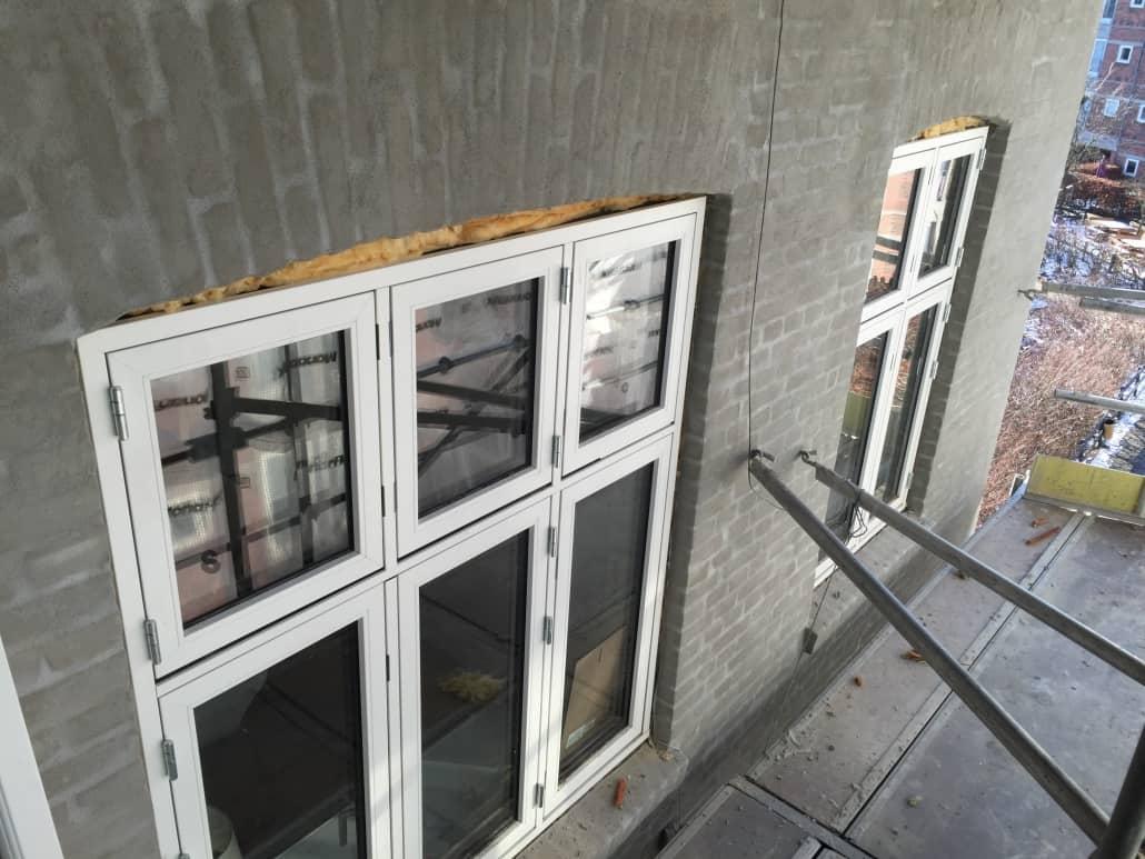 grå_væg_hvide_vinduer