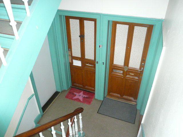 lysegrøn_trappeopgang_og_to_døre