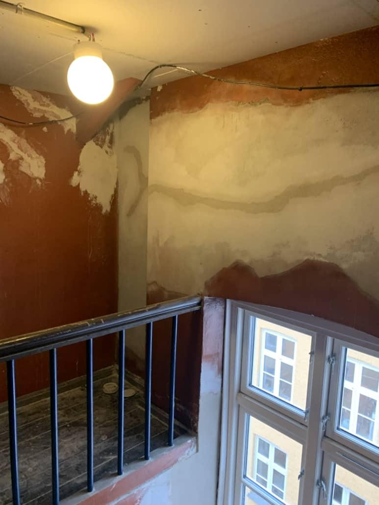 væg_renoveres_i_opgang