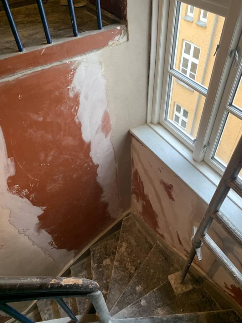 væg_renoveres_i_opgang_3