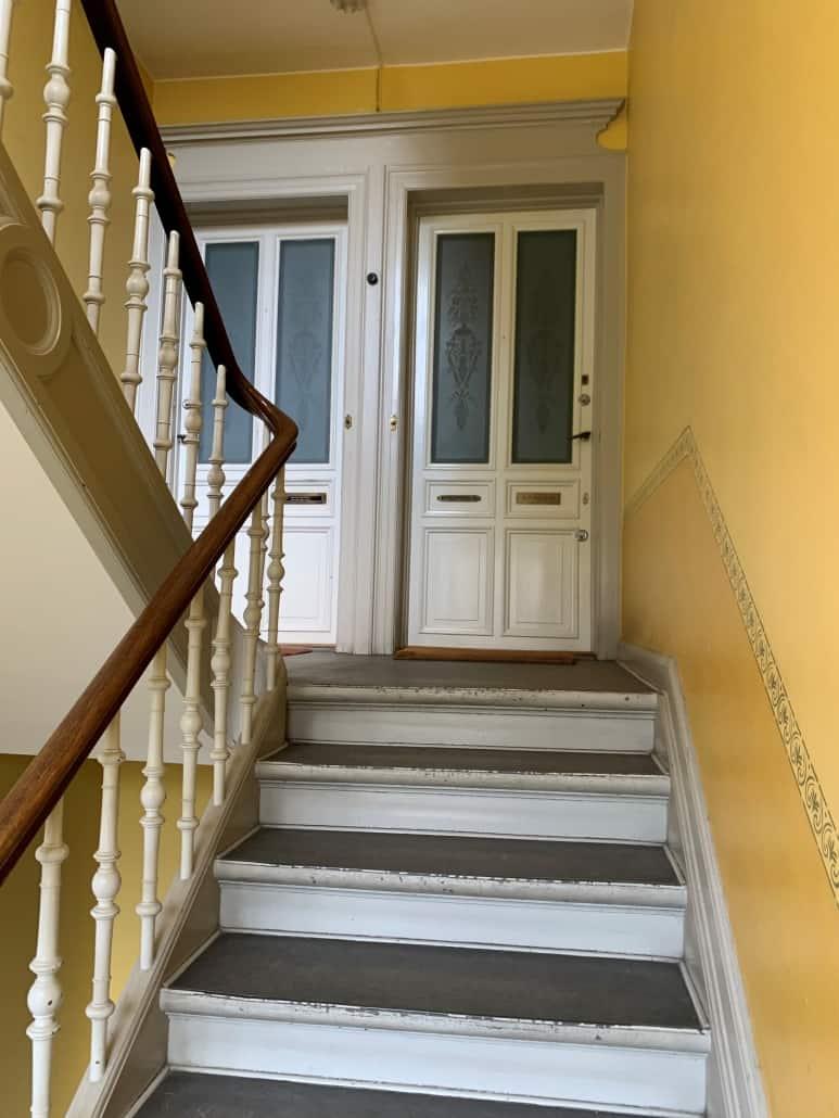 trappeopgang_med_gul_væg