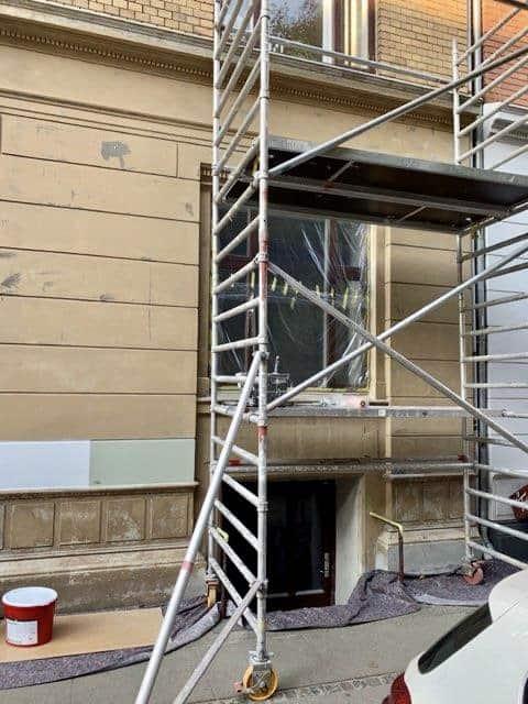 gul_facade_lejlighed_med_stillads